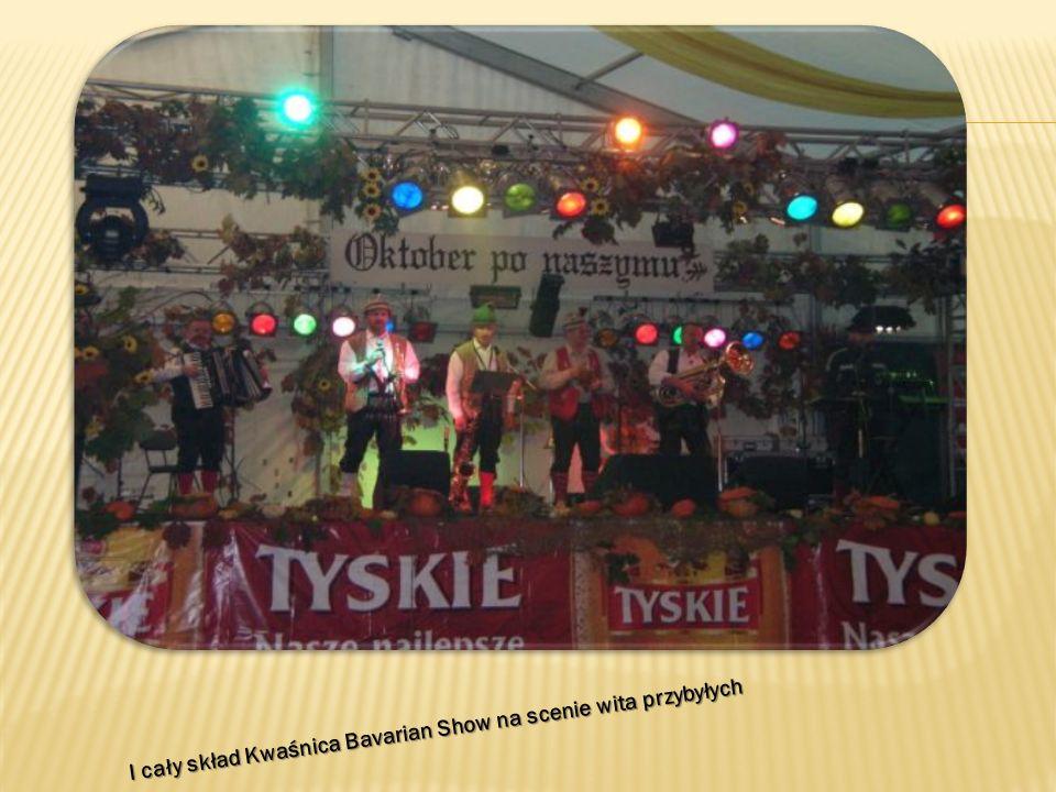 I cały skład Kwaśnica Bavarian Show na scenie wita przybyłych