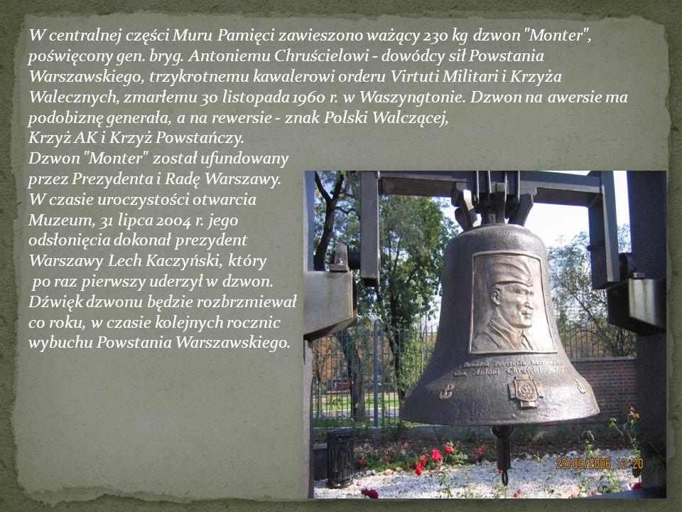W centralnej części Muru Pamięci zawieszono ważący 230 kg dzwon Monter , poświęcony gen. bryg. Antoniemu Chruścielowi - dowódcy sił Powstania Warszawskiego, trzykrotnemu kawalerowi orderu Virtuti Militari i Krzyża Walecznych, zmarłemu 30 listopada 1960 r. w Waszyngtonie. Dzwon na awersie ma podobiznę generała, a na rewersie - znak Polski Walczącej,