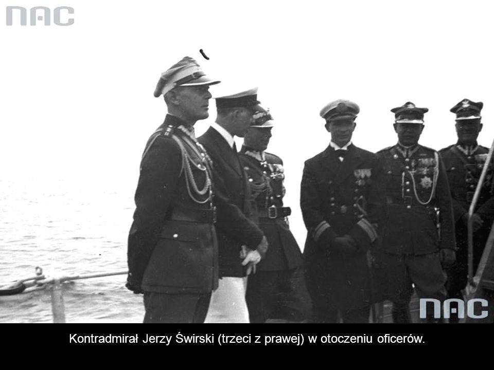 Kontradmirał Jerzy Świrski (trzeci z prawej) w otoczeniu oficerów.