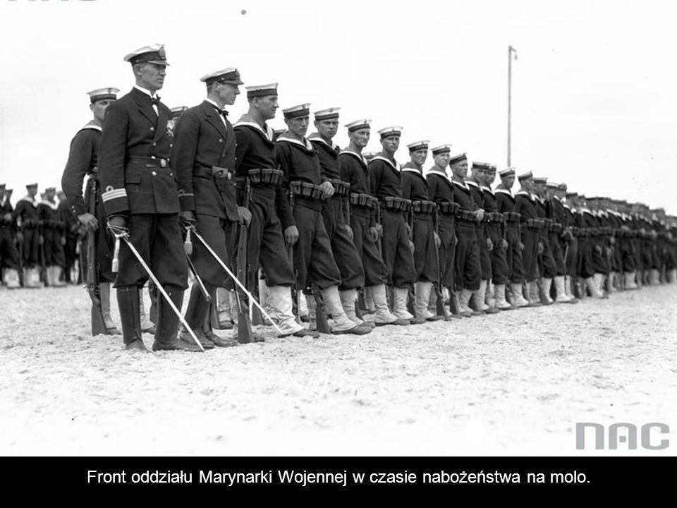 Front oddziału Marynarki Wojennej w czasie nabożeństwa na molo.