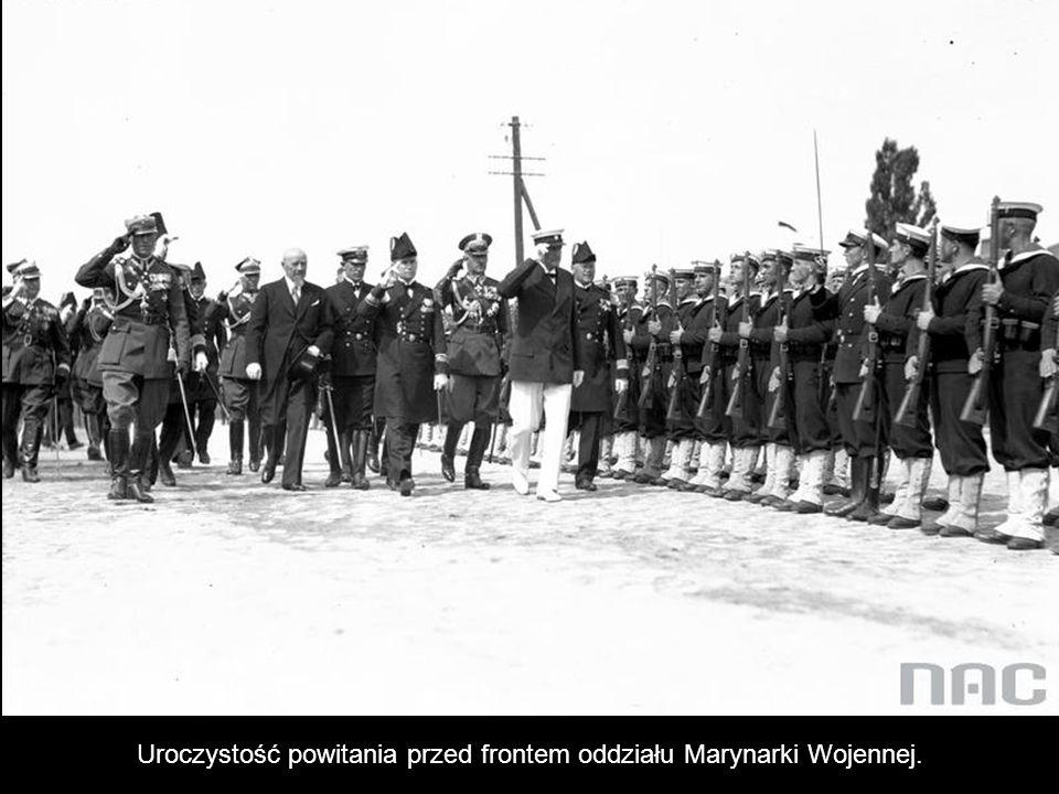 Uroczystość powitania przed frontem oddziału Marynarki Wojennej.