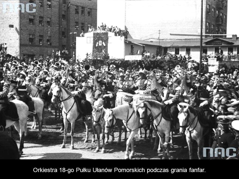 Orkiestra 18-go Pułku Ułanów Pomorskich podczas grania fanfar.