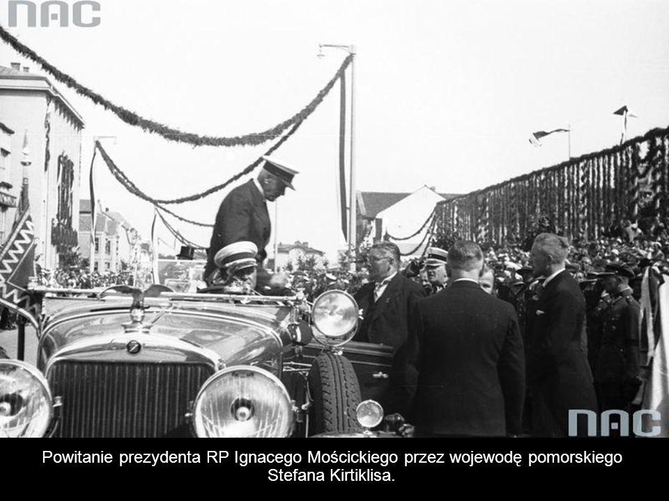 Powitanie prezydenta RP Ignacego Mościckiego przez wojewodę pomorskiego Stefana Kirtiklisa.