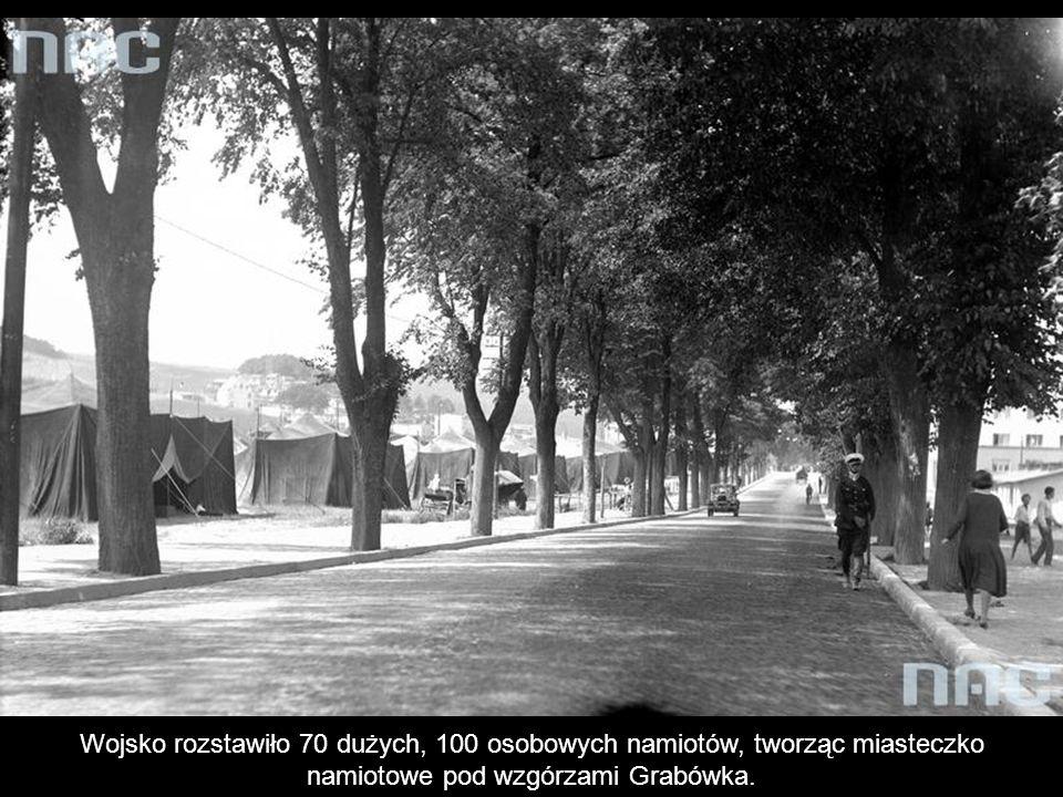Wojsko rozstawiło 70 dużych, 100 osobowych namiotów, tworząc miasteczko namiotowe pod wzgórzami Grabówka.