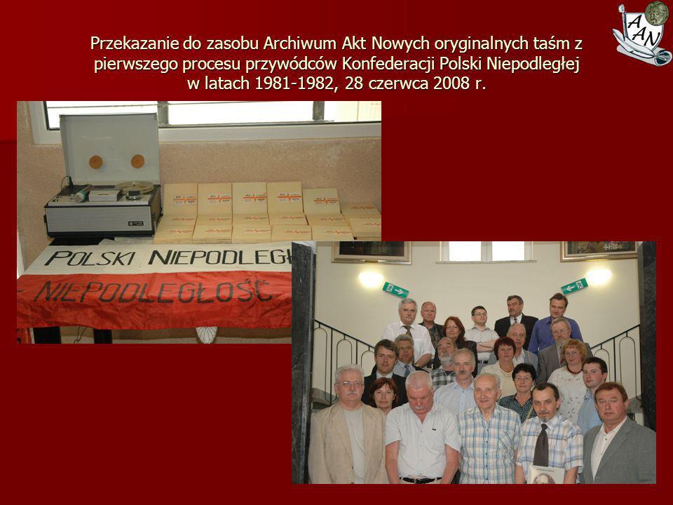 Przekazanie do zasobu Archiwum Akt Nowych oryginalnych taśm z pierwszego procesu przywódców Konfederacji Polski Niepodległej w latach 1981-1982, 28 czerwca 2008 r.