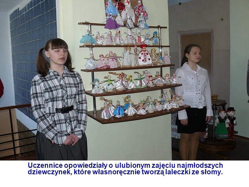 Uczennice opowiedziały o ulubionym zajęciu najmłodszych dziewczynek, które własnoręcznie tworzą laleczki ze słomy.