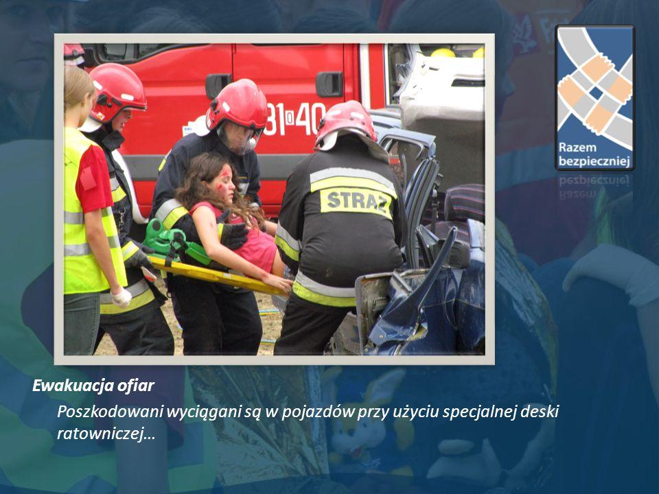 Ewakuacja ofiar Poszkodowani wyciągani są w pojazdów przy użyciu specjalnej deski ratowniczej…