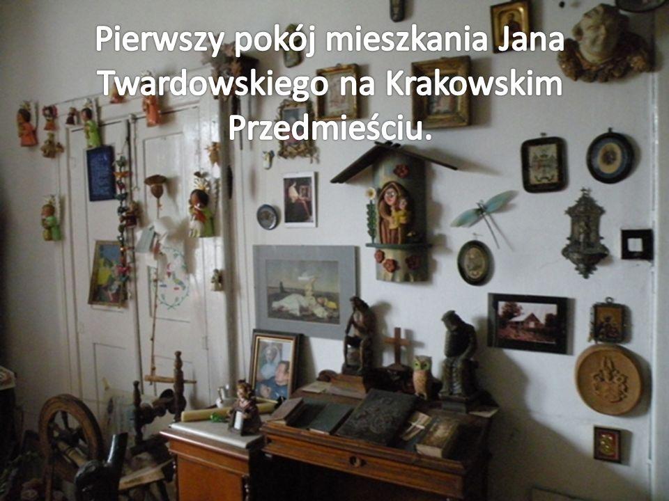 Pierwszy pokój mieszkania Jana Twardowskiego na Krakowskim Przedmieściu.