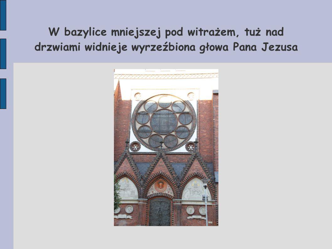 W bazylice mniejszej pod witrażem, tuż nad drzwiami widnieje wyrzeźbiona głowa Pana Jezusa