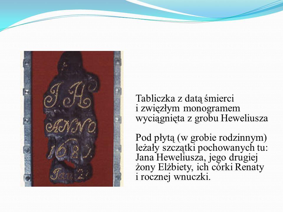 Tabliczka z datą śmierci i zwięzłym monogramem wyciągnięta z grobu Heweliusza