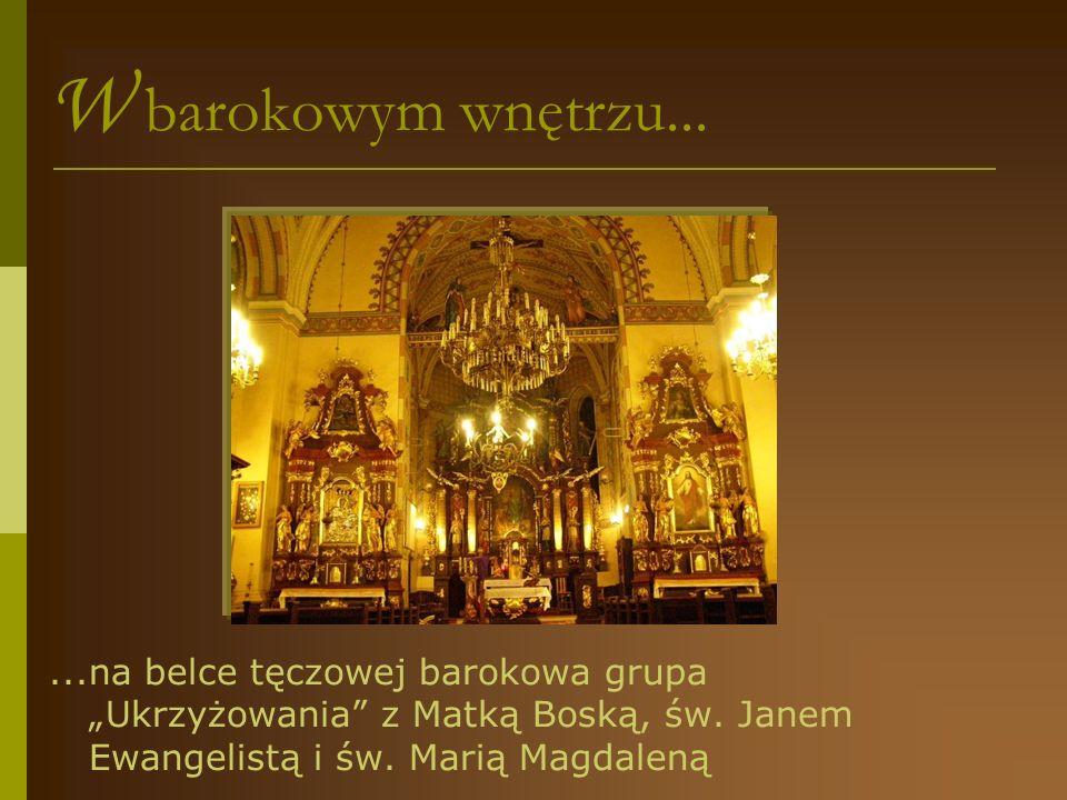 """W barokowym wnętrzu... ...na belce tęczowej barokowa grupa """"Ukrzyżowania z Matką Boską, św."""