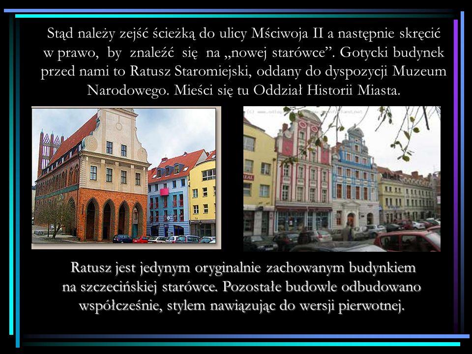 """Stąd należy zejść ścieżką do ulicy Mściwoja II a następnie skręcić w prawo, by znaleźć się na """"nowej starówce . Gotycki budynek przed nami to Ratusz Staromiejski, oddany do dyspozycji Muzeum Narodowego. Mieści się tu Oddział Historii Miasta."""
