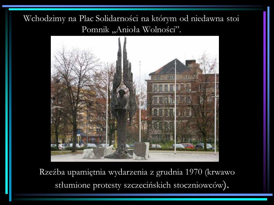 """Wchodzimy na Plac Solidarności na którym od niedawna stoi Pomnik """"Anioła Wolności ."""