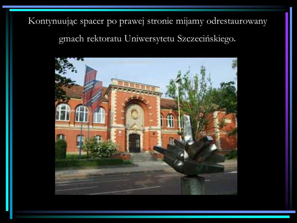 Kontynuując spacer po prawej stronie mijamy odrestaurowany gmach rektoratu Uniwersytetu Szczecińskiego.