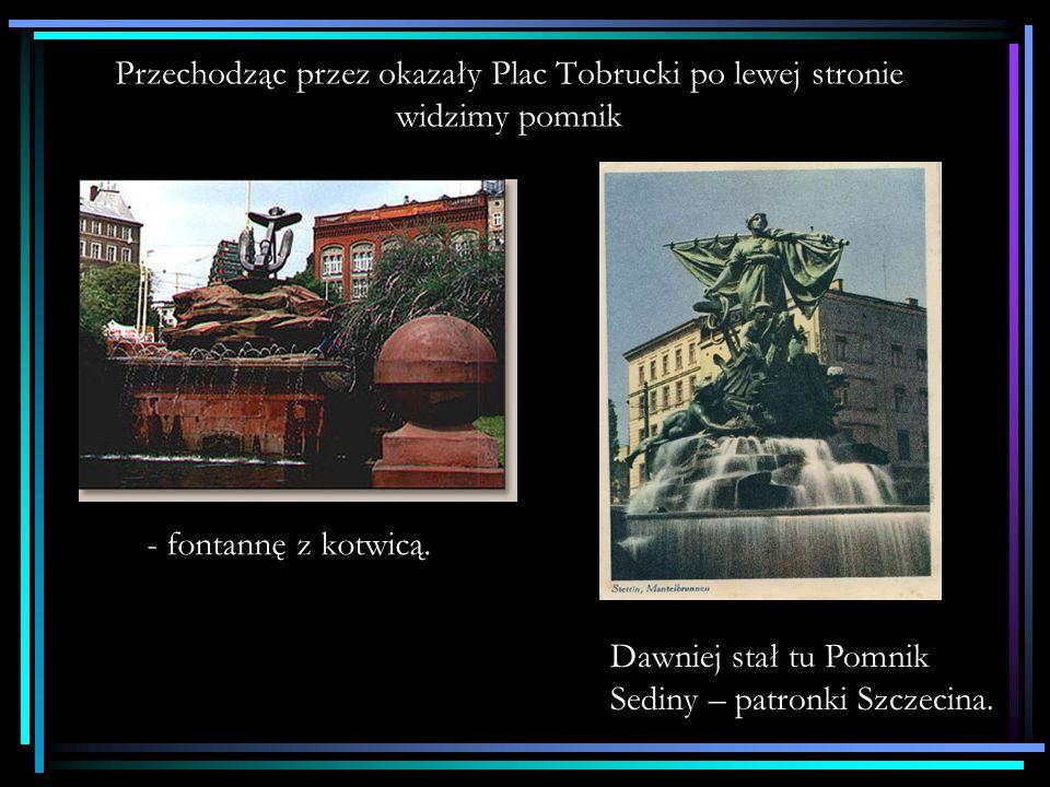 Przechodząc przez okazały Plac Tobrucki po lewej stronie widzimy pomnik