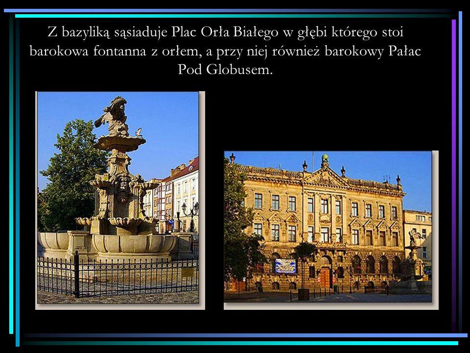 Z bazyliką sąsiaduje Plac Orła Białego w głębi którego stoi barokowa fontanna z orłem, a przy niej również barokowy Pałac Pod Globusem.