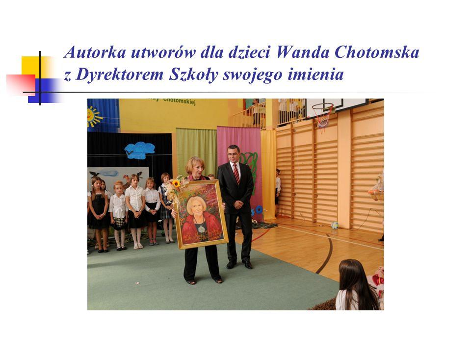 Autorka utworów dla dzieci Wanda Chotomska z Dyrektorem Szkoły swojego imienia