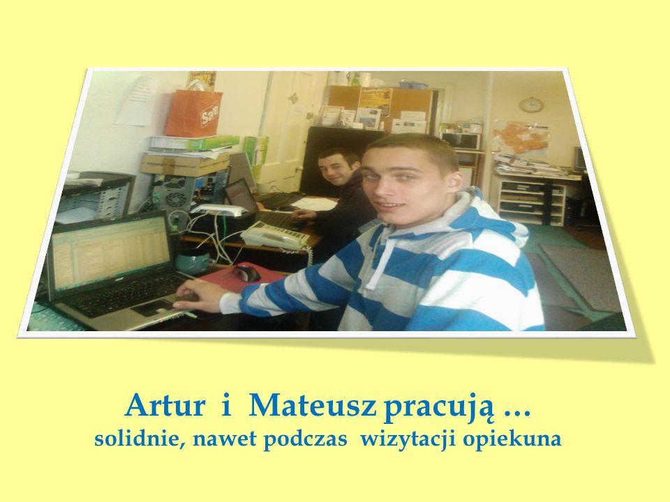 Artur i Mateusz pracują … solidnie, nawet podczas wizytacji opiekuna