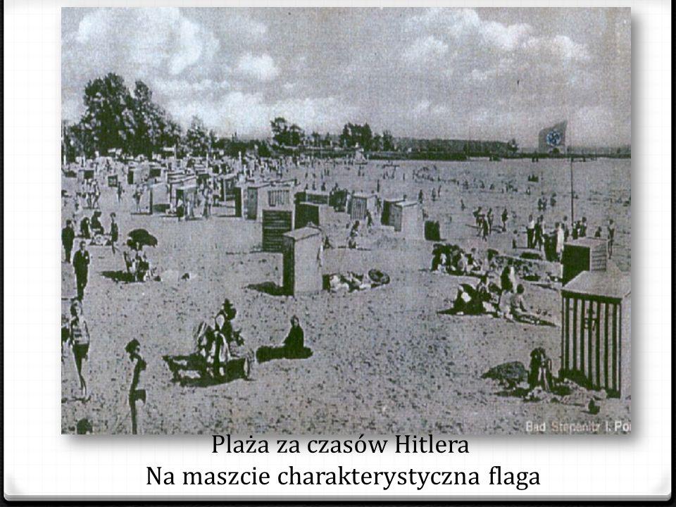 Plaża za czasów Hitlera Na maszcie charakterystyczna flaga