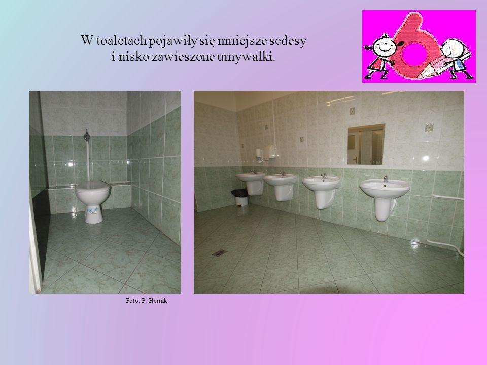 W toaletach pojawiły się mniejsze sedesy i nisko zawieszone umywalki.