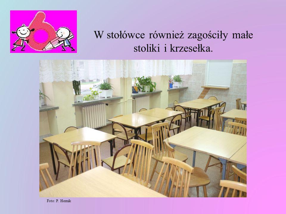 W stołówce również zagościły małe stoliki i krzesełka.