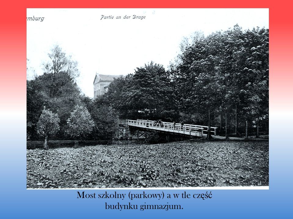 Most szkolny (parkowy) a w tle część budynku gimnazjum.