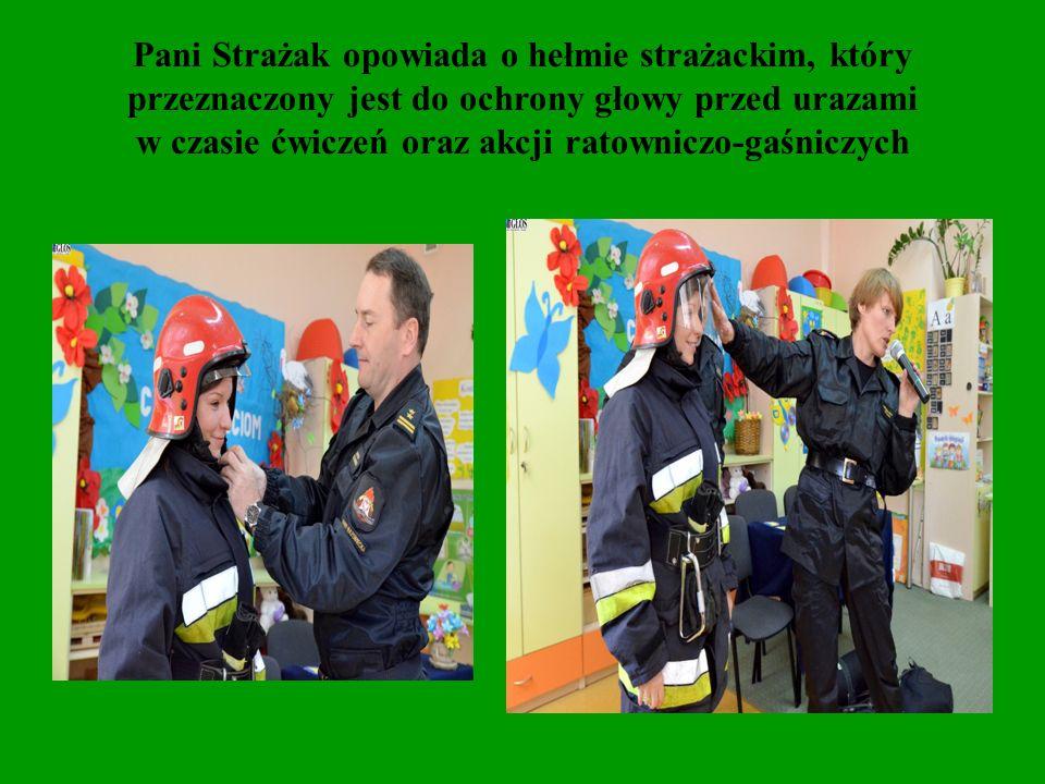 Pani Strażak opowiada o hełmie strażackim, który przeznaczony jest do ochrony głowy przed urazami w czasie ćwiczeń oraz akcji ratowniczo-gaśniczych