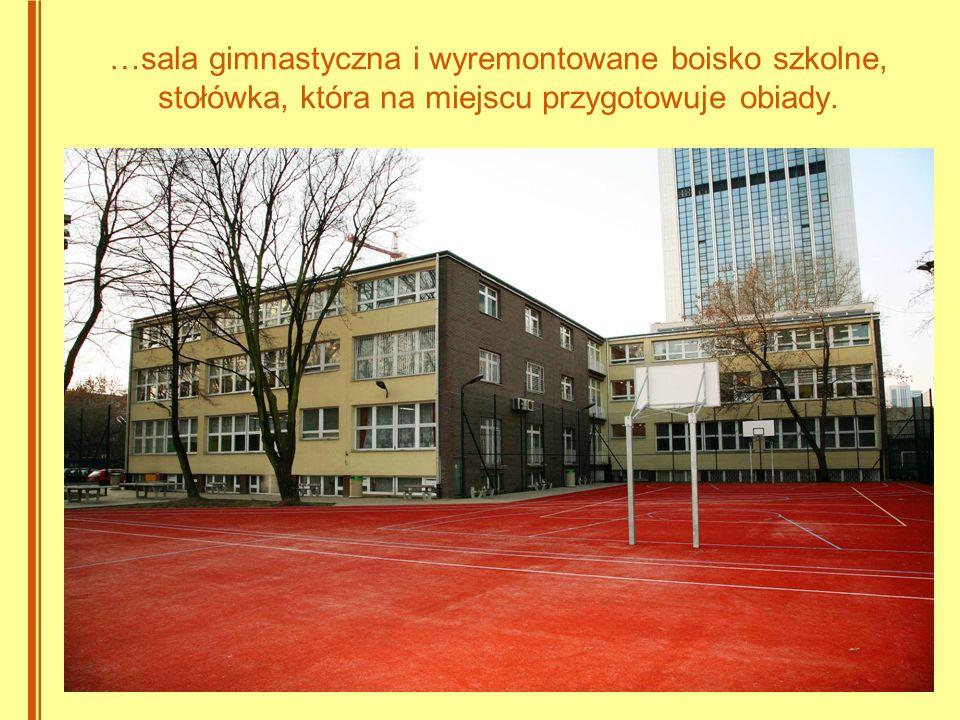 …sala gimnastyczna i wyremontowane boisko szkolne, stołówka, która na miejscu przygotowuje obiady.