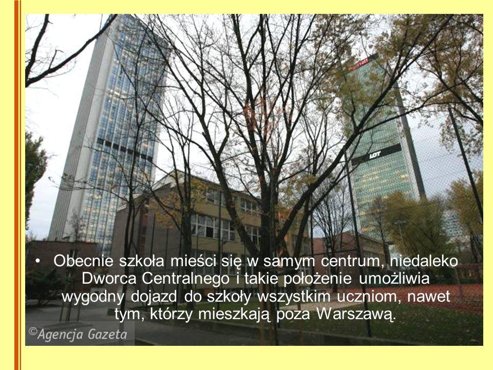 Obecnie szkoła mieści się w samym centrum, niedaleko Dworca Centralnego i takie położenie umożliwia wygodny dojazd do szkoły wszystkim uczniom, nawet tym, którzy mieszkają poza Warszawą.