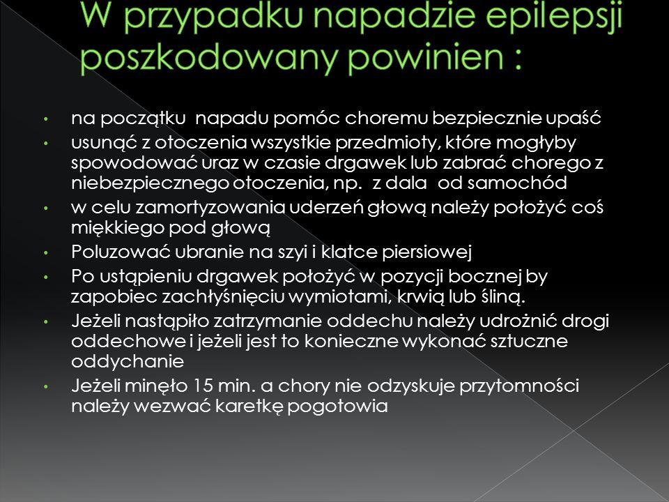 W przypadku napadzie epilepsji poszkodowany powinien :