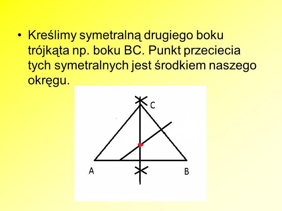 Kreślimy symetralną drugiego boku trójkąta np. boku BC