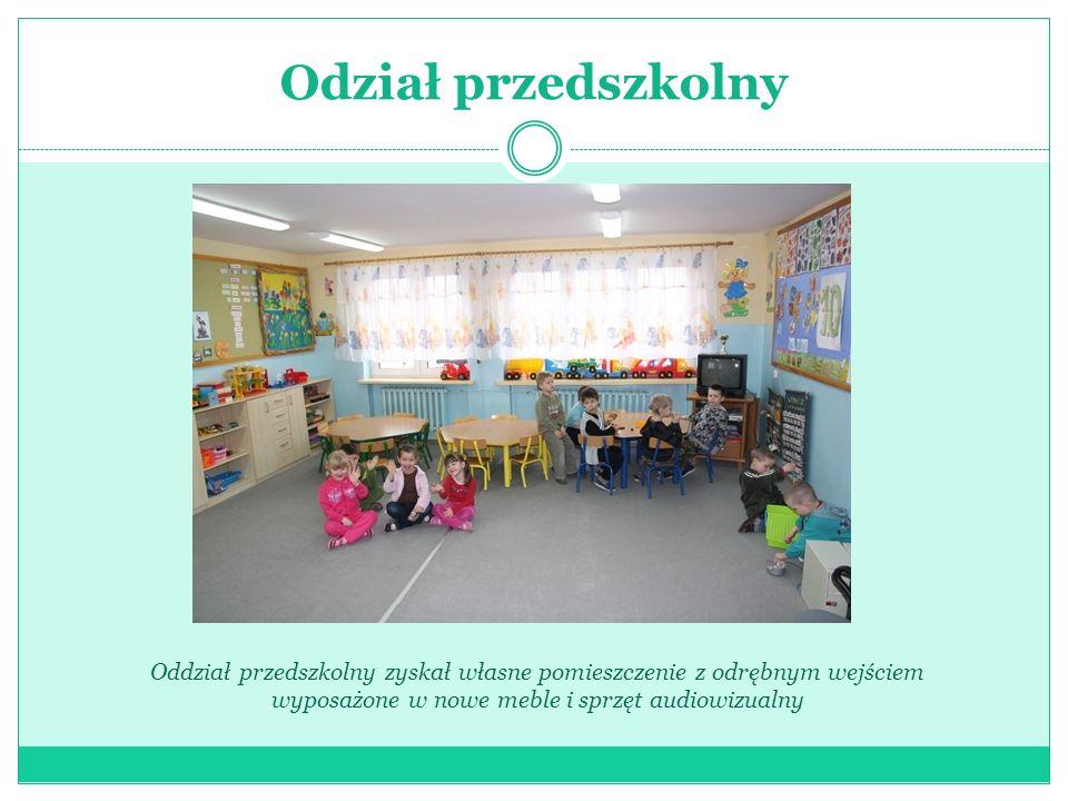 Odział przedszkolny Oddział przedszkolny zyskał własne pomieszczenie z odrębnym wejściem wyposażone w nowe meble i sprzęt audiowizualny.