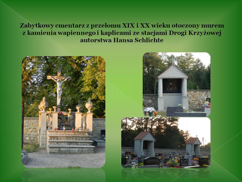 Zabytkowy cmentarz z przełomu XIX i XX wieku otoczony murem z kamienia wapiennego i kaplicami ze stacjami Drogi Krzyżowej autorstwa Hansa Schlichte