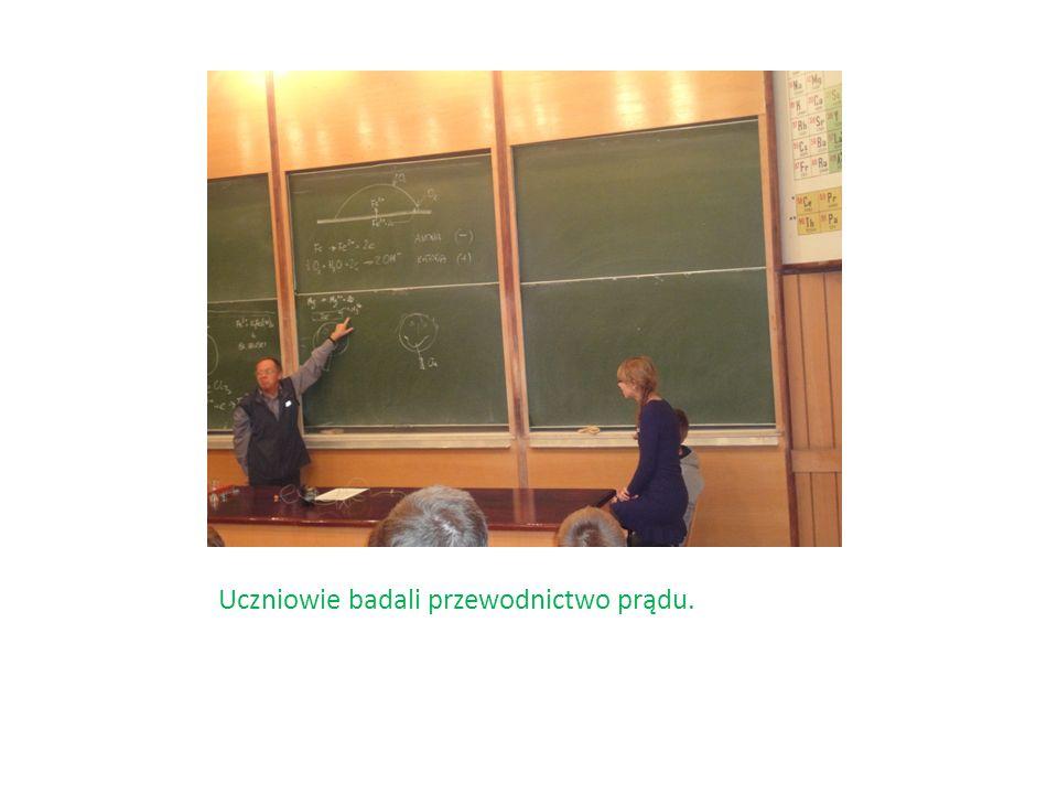 Uczniowie badali przewodnictwo prądu.