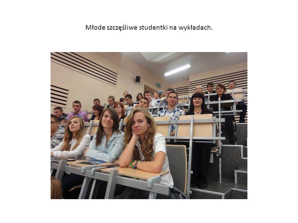 Młode szczęśliwe studentki na wykładach.