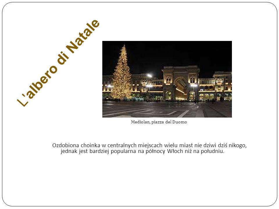 L albero di Natale Mediolan, piazza del Duomo.