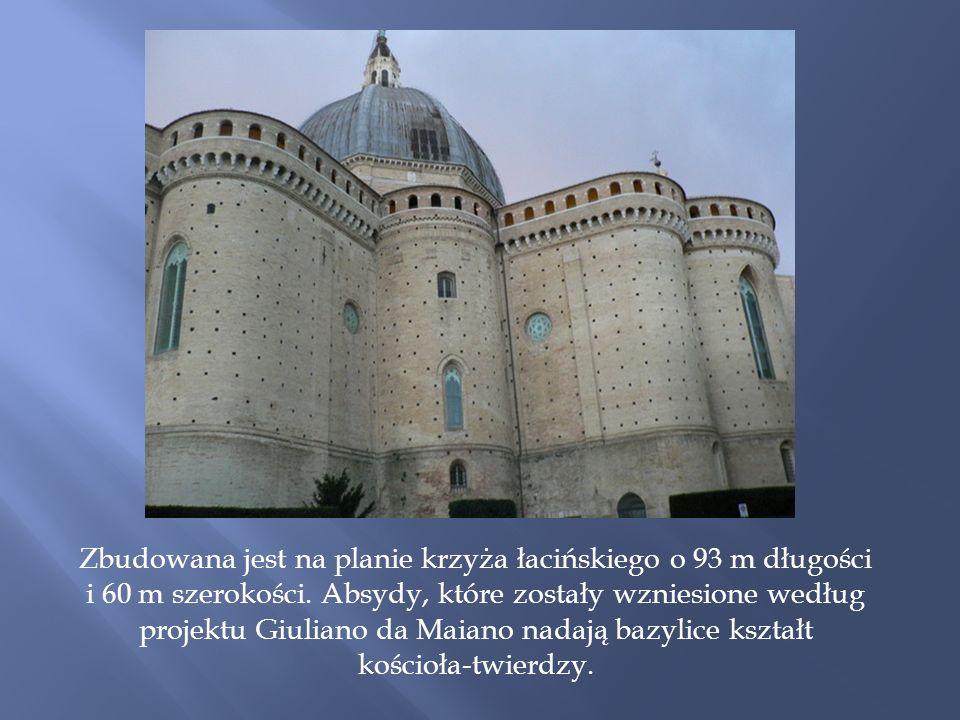 Zbudowana jest na planie krzyża łacińskiego o 93 m długości