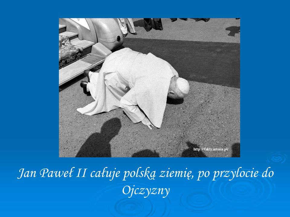 Jan Paweł II całuje polską ziemię, po przylocie do Ojczyzny
