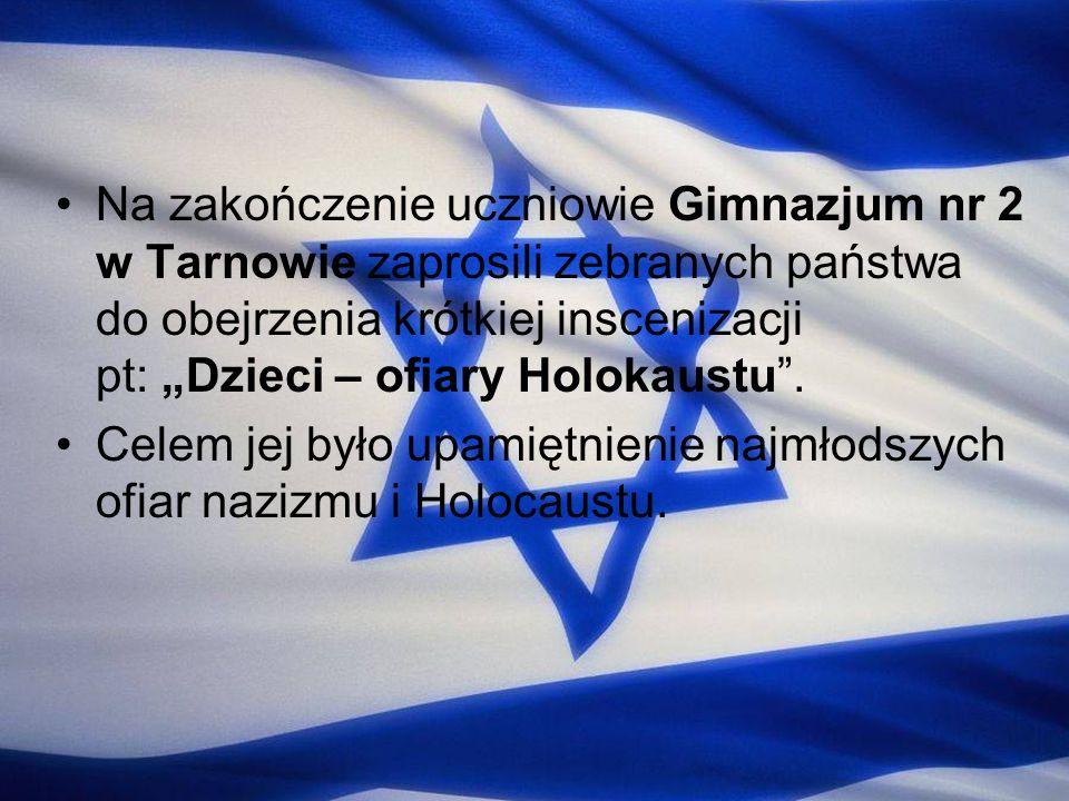 """Na zakończenie uczniowie Gimnazjum nr 2 w Tarnowie zaprosili zebranych państwa do obejrzenia krótkiej inscenizacji pt: """"Dzieci – ofiary Holokaustu ."""