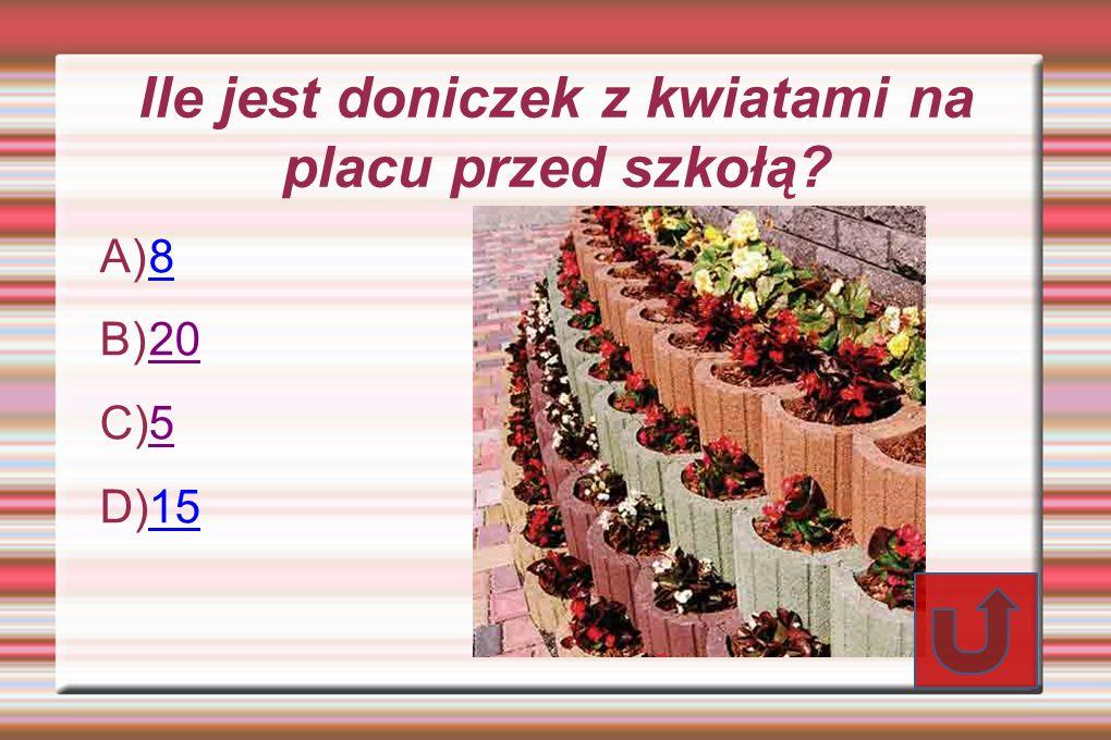 Ile jest doniczek z kwiatami na placu przed szkołą