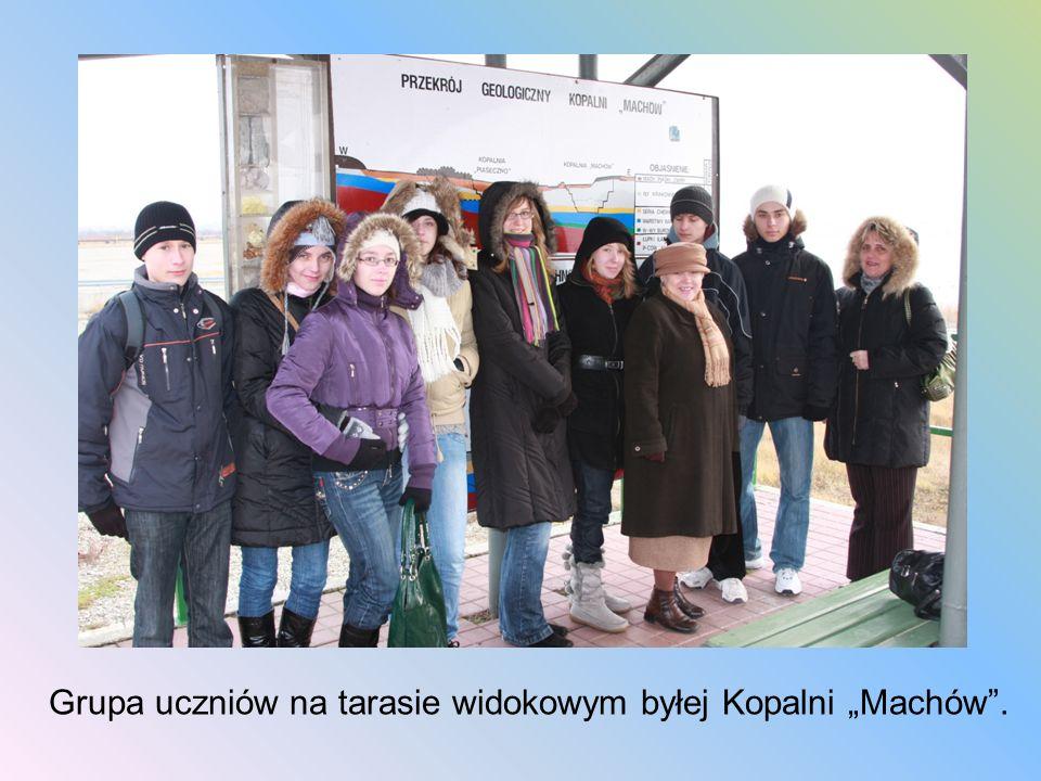 """Grupa uczniów na tarasie widokowym byłej Kopalni """"Machów ."""
