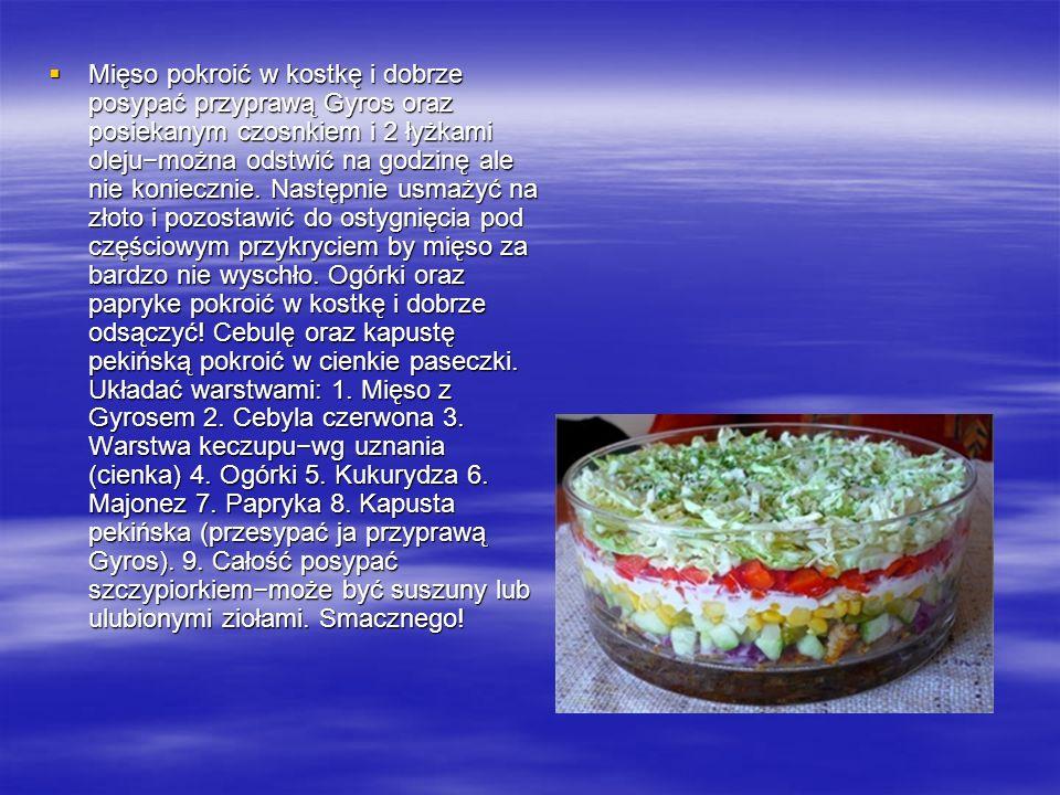 Mięso pokroić w kostkę i dobrze posypać przyprawą Gyros oraz posiekanym czosnkiem i 2 łyżkami oleju−można odstwić na godzinę ale nie koniecznie.