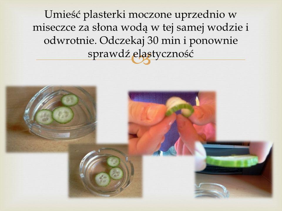 Umieść plasterki moczone uprzednio w miseczce za słona wodą w tej samej wodzie i odwrotnie.