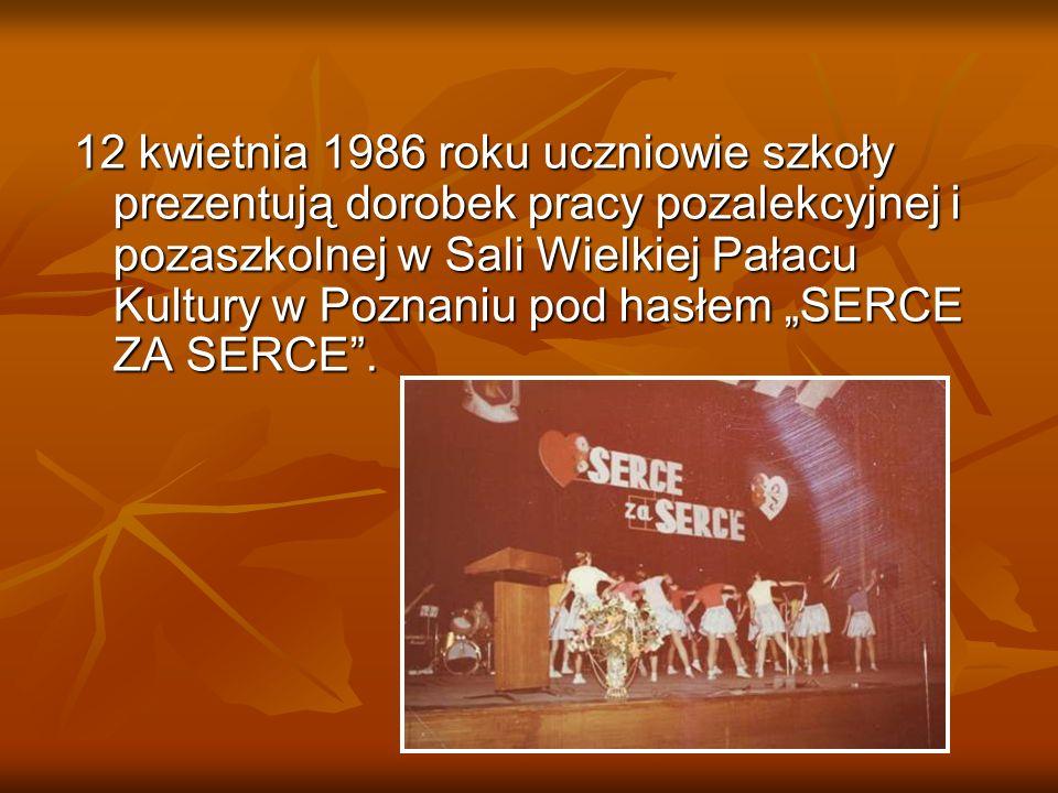 """12 kwietnia 1986 roku uczniowie szkoły prezentują dorobek pracy pozalekcyjnej i pozaszkolnej w Sali Wielkiej Pałacu Kultury w Poznaniu pod hasłem """"SERCE ZA SERCE ."""