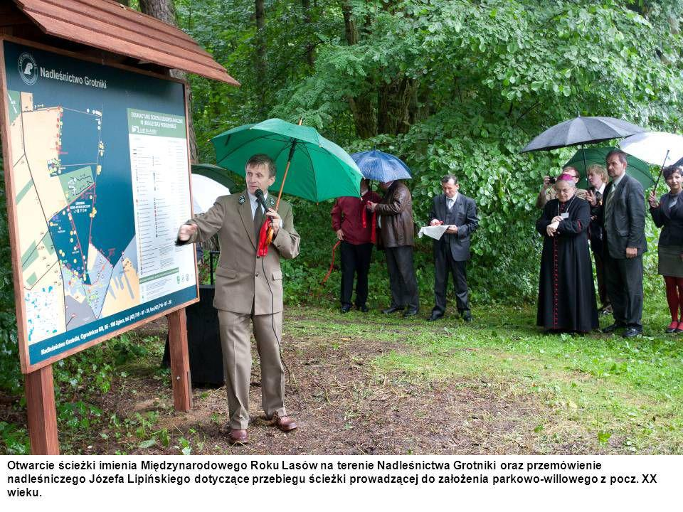 Otwarcie ścieżki imienia Międzynarodowego Roku Lasów na terenie Nadleśnictwa Grotniki oraz przemówienie nadleśniczego Józefa Lipińskiego dotyczące przebiegu ścieżki prowadzącej do założenia parkowo-willowego z pocz.