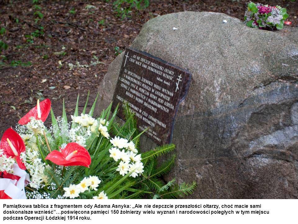 """Pamiątkowa tablica z fragmentem ody Adama Asnyka: """"Ale nie depczcie przeszłości ołtarzy, choć macie sami doskonalsze wznieść …poświęcona pamięci 150 żołnierzy wielu wyznań i narodowości poległych w tym miejscu podczas Operacji Łódzkiej 1914 roku."""