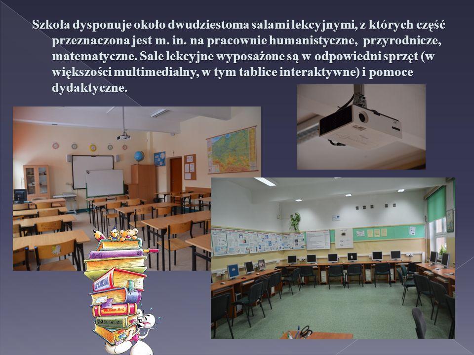 Szkoła dysponuje około dwudziestoma salami lekcyjnymi, z których część przeznaczona jest m.