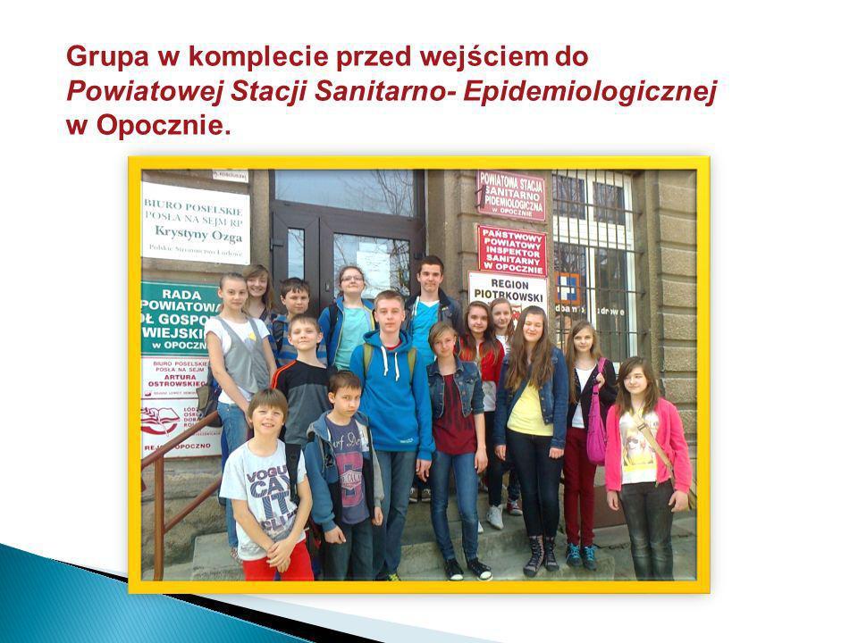 Grupa w komplecie przed wejściem do Powiatowej Stacji Sanitarno- Epidemiologicznej w Opocznie.