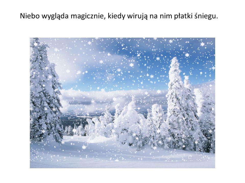 Niebo wygląda magicznie, kiedy wirują na nim płatki śniegu.