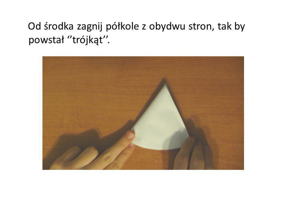Od środka zagnij półkole z obydwu stron, tak by powstał ''trójkąt''.